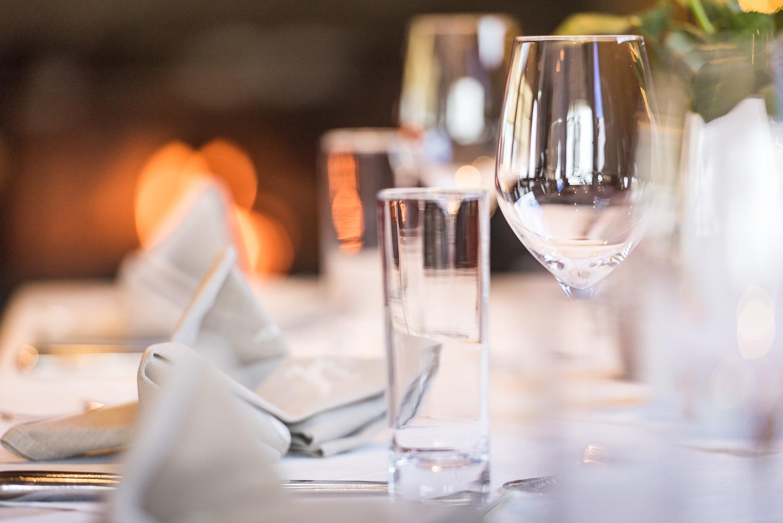 Schwanner Wirt - Weingläser und Servietten auf dem Esstisch