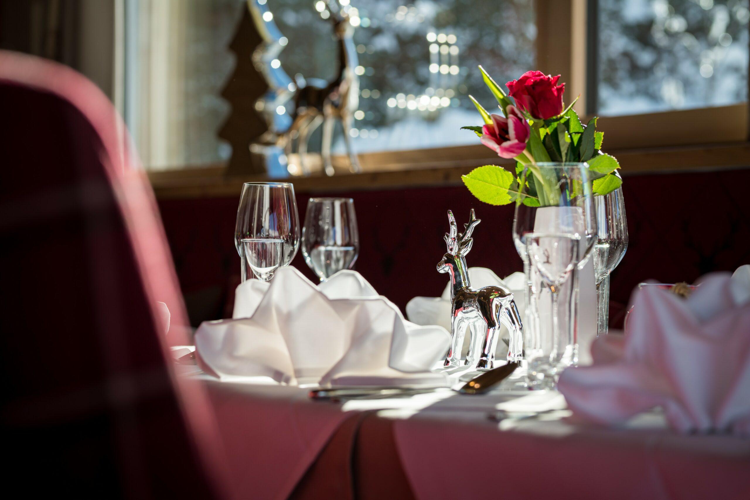 Schwanner Wirt - Rosen und Schmuck auf dem Esstisch