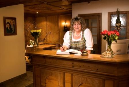 Schwanner Wirt - Die Wirtin Theresia Streiter an der Rezeption
